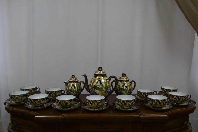 Посуда. Китайський сервіз. Чайнички, чашки, тарілочки.