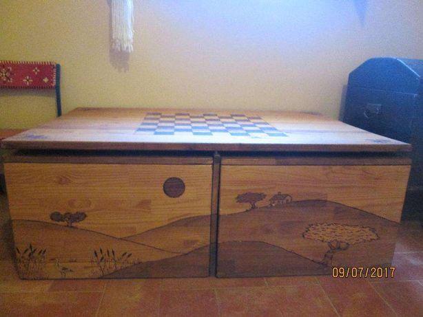 Mesa de jogo para sala, em pinho piro-gravada e 4 bancos