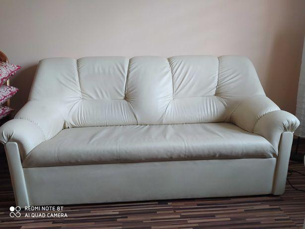 Sofa wykonana jest ze skóry ekologicznej.