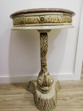 Móvel rústico em madeira e mármore.