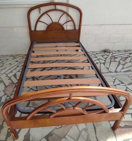 cama de solteiro e comoda de quarto com oferta de prateleira