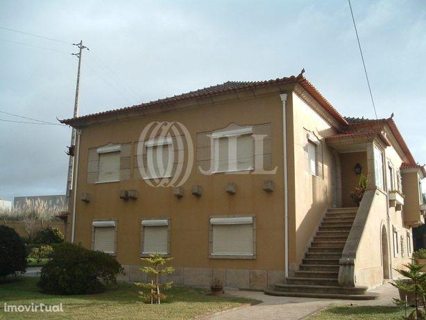 Moradia T10 com jardim, piscina e garagem na Granja, Vila...