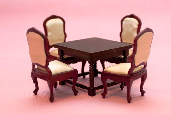 Комплект кукольной мебели ( 4 стула и стол).