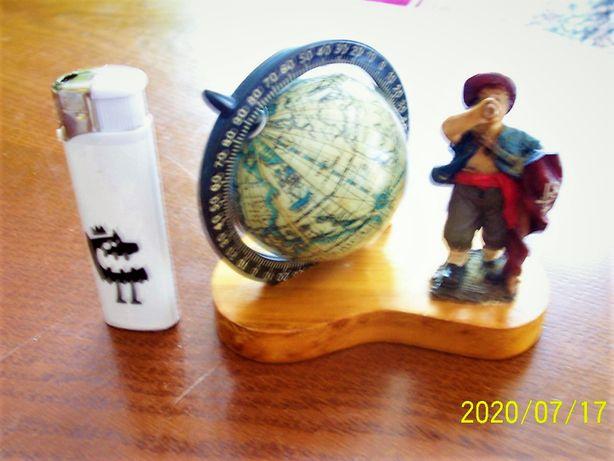 Figurka pirata z obrotowym globusem marynistyka
