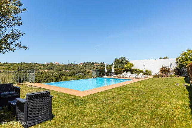 Excelente  moradia V4 com alpendre, jardim e piscina em Lourel, Sintra