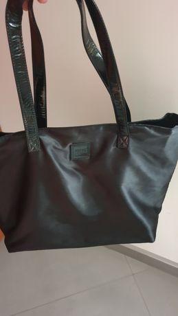 Czarna torba z lakierowanymi rączkami
