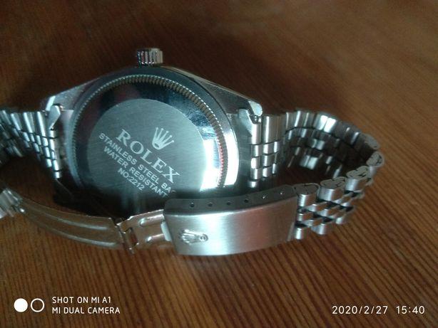 Piękny zegarek z datownikiem.