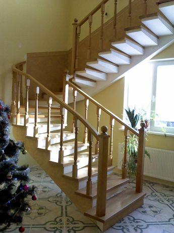 Залізобетонні сходи на боковому косоурі ( бетонна основа дерев'яних)