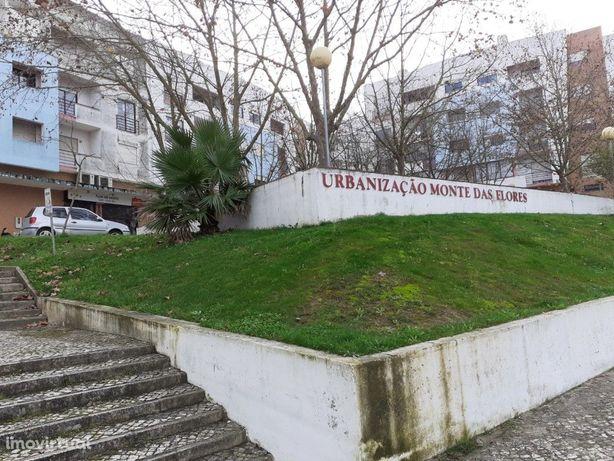 Loja localizada na Urbanização Monte das Flores, junto ao...