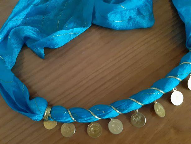 Lenço com medalhas douradas