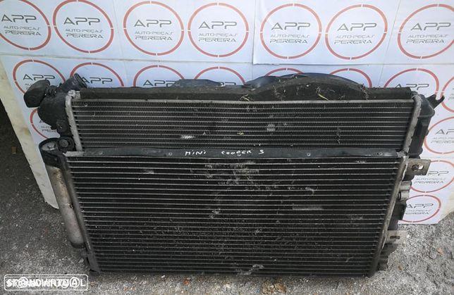 Mini Cooper S de 2004, radiadores de água e ar condicionado e ventilador.