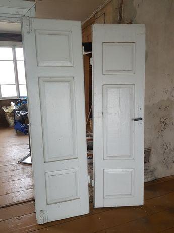 Stare solidne drzwi drewniane