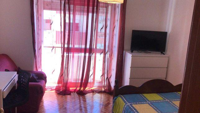 Alugo quarto mobilado a trabalhadora / estudante em Queluz