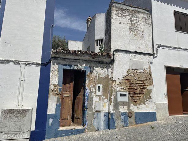 Moradia em Redondo para reconstruir.