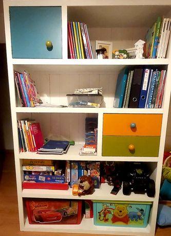 Estante livros e brinquedos