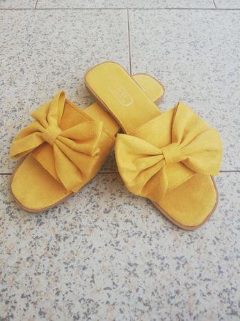 Chinelos clássicos amarelos com laço