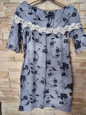 Sukienka z koronkowym wykończeniem