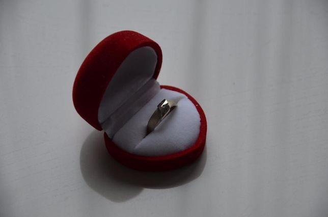 Piękny pierścionek zaręczynowy YES z brylantami-ZAMIENIE