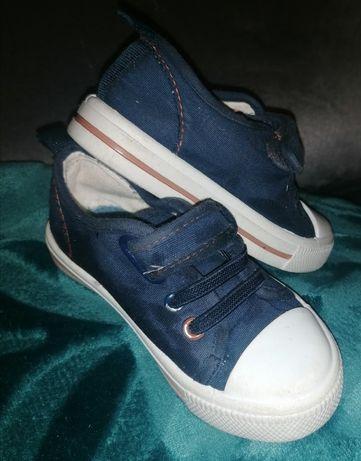 Trampki kapcie, buciki rozmiar 23