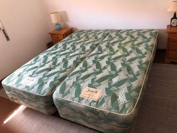 2 camas individuais com 2 colchões e estrado com pés com rodízios