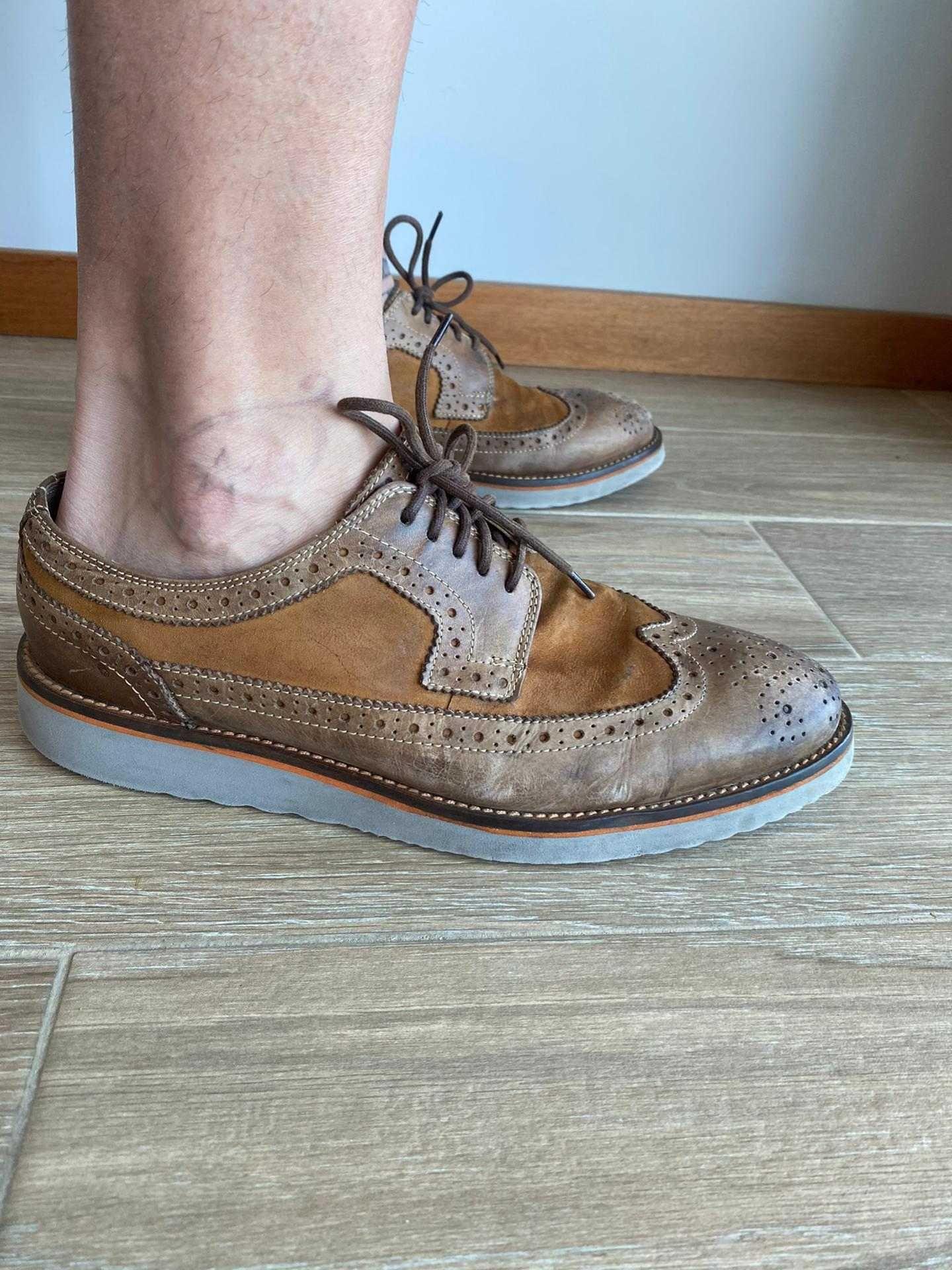 Sapatos clássicos castanho com sola cinza da Zara