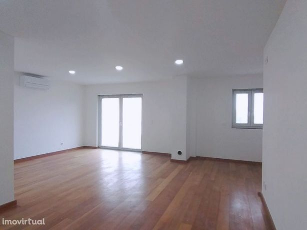 Moradia V4 Remodelada Em Pequeno Condominio Albarraque