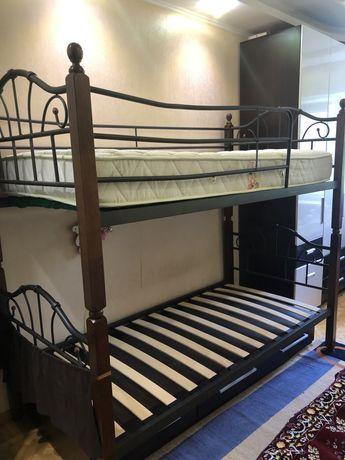 Продам детскую двухярусную кровать с матрасами и подкроватным ящиком