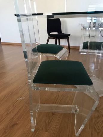 Mesa de vidro e cadeiras em acrilicos