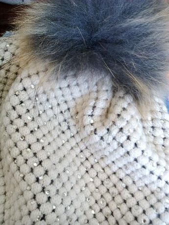Śliczna beżowa czapeczka z diamenćkami z bomblem!!!