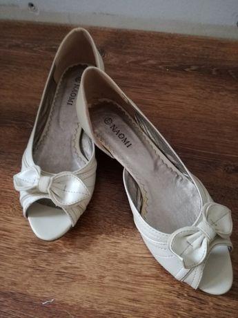 Beżowe buty z kokardką