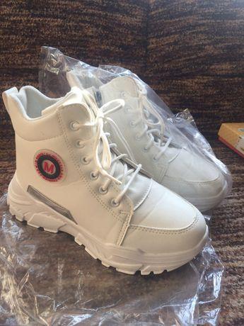 Белые теплые кроссовки 38 размера