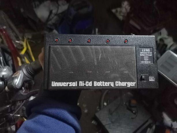 Sprzedam ładowarkę do baterii Universal.