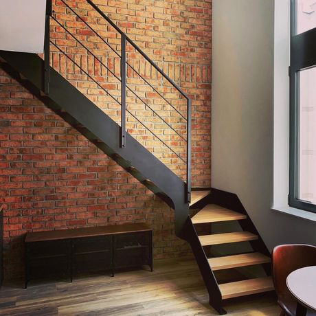 Schody na konstrukcji metalowej, balustrady klasyczne i nowoczesne