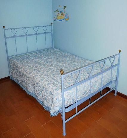Cama de ferro azul