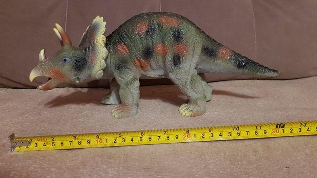 Duży gumowy triceratops - dinozaur