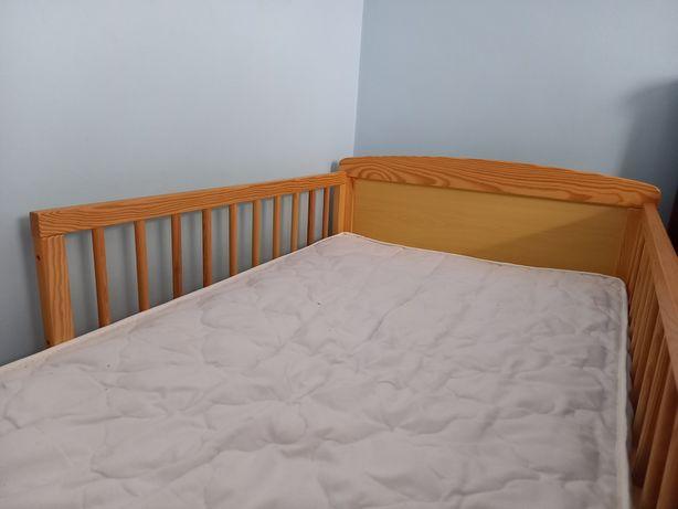 Drewniane łóżko z barierką dla dziecka