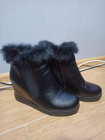 Botki krótkie kozaki na koturnie czarne futerko Jenny Fairy 38