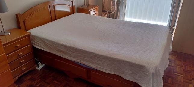 Vendo cama de casal 2m x 1,5m com 2 cabeceiras