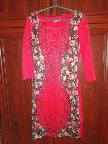 Плаття жіноче червоне з мереживом.