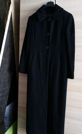 Czarny długi płaszcz ekskluzywnej marki Neiman Marcus