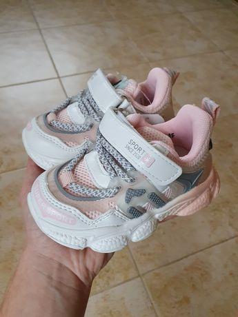 Продам кросівки на дівчинку є всі розміри 21-24;