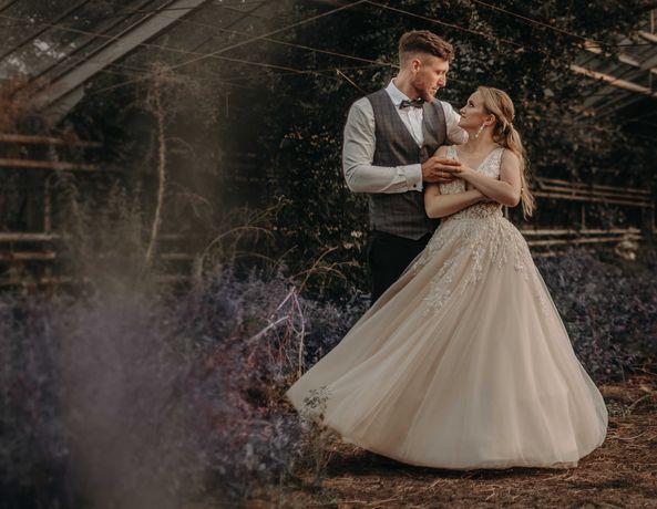 Suknia ślubna z głębokim dekoltem