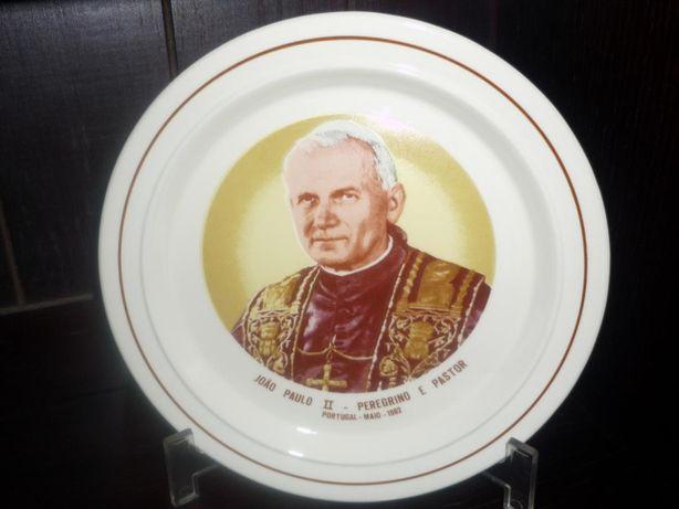 Pratos decorativos Papa João Paulo e outro porcelana CV