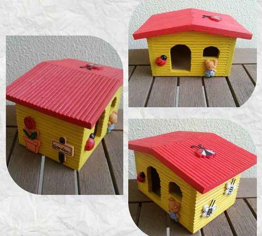 Casinha de madeira, vermelha e amarela, nova
