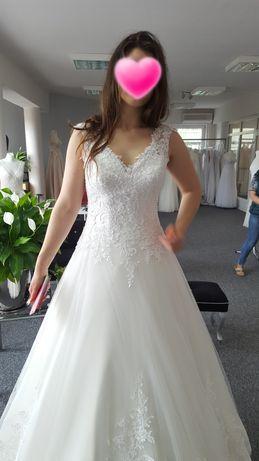 Suknia ślubna z ręcznymi haftami