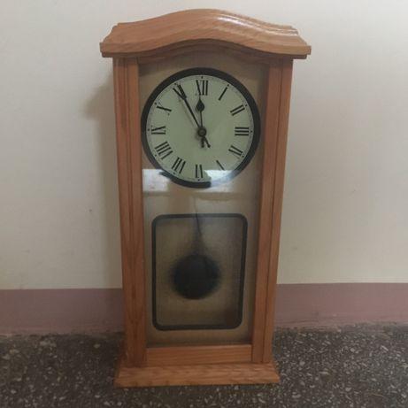 Drewniany zegar wiszący na baterie.