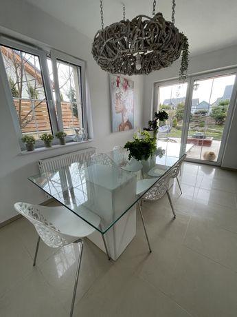 Stół szklany z 6 ażurowymi krzesłami.