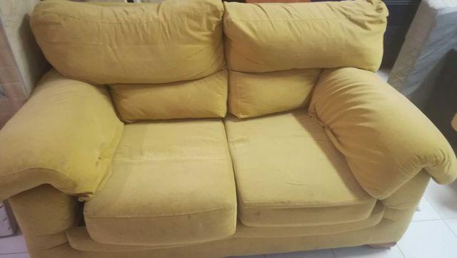 Sofa amarelo de 2 lugares em bom estado