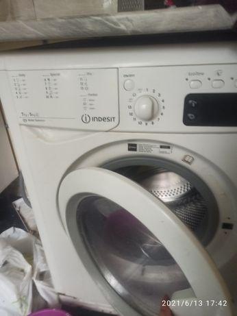 Продам стиральную машину Indesit рабочая с сушкой  срочно.