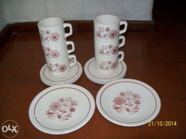 Chavenas de chá com pratos para torradas